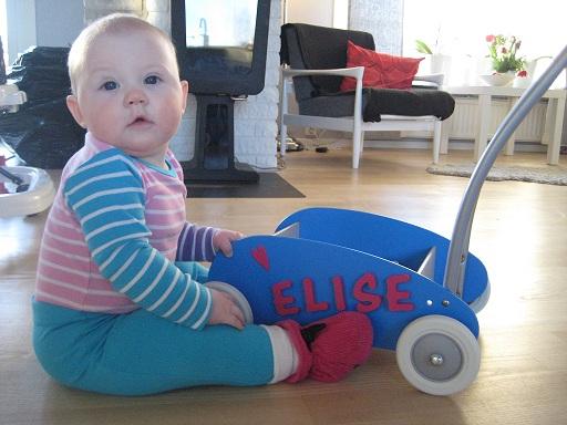 Elise och fina gå-vagnen!
