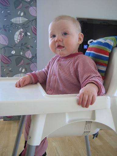 Elise äter numera naturell yoggi med banan till mellanmål. Mums!