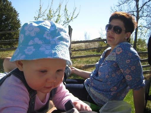 Elise och Tuffbästis fikar i gräset