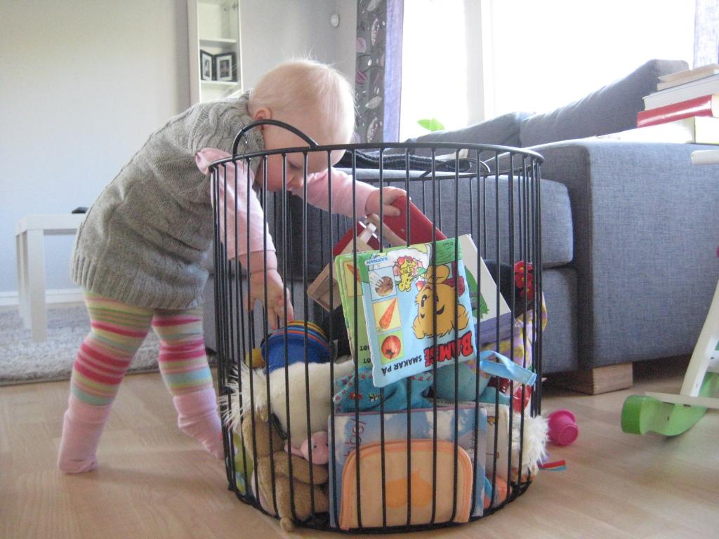 Om man står på tå och sträcker på sig ordentligt når man leksakerna i korgen...