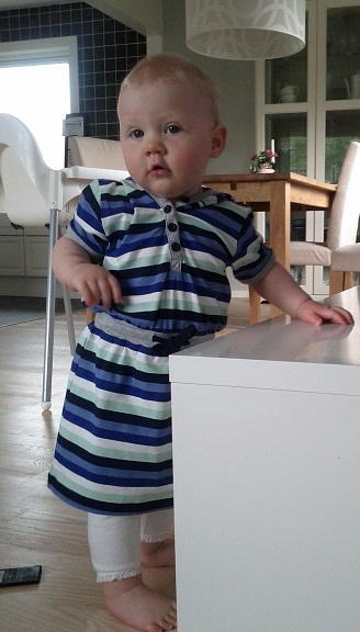 Elise i klänning med luva från Name it och leggings från H&M