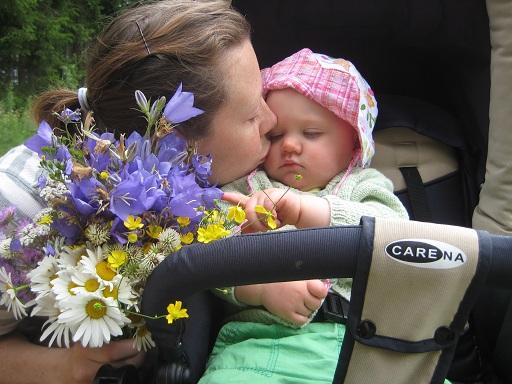 Här plockar vi blommor till våra kransar