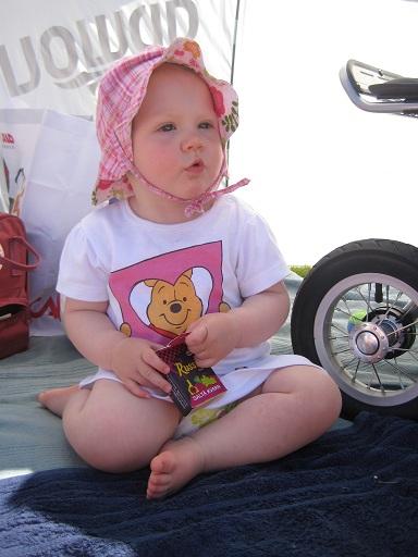 Elise äter russin i skuggan av uv-tältet