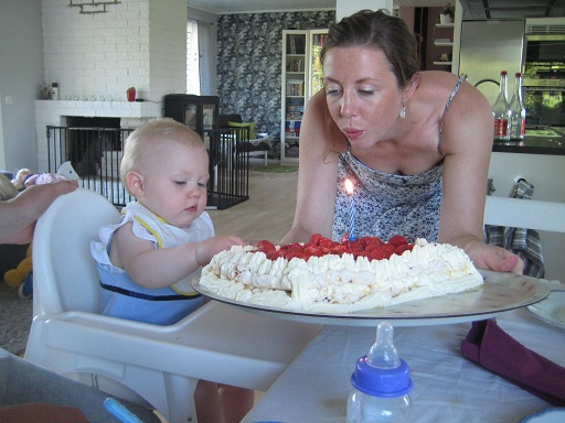 Tårta med ett ljus (som inte Elise fick smaka, men det struntade hon i, såklart!)