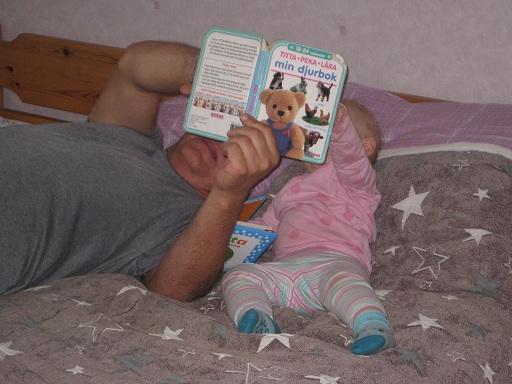 Målarfarfar och Elise läser bok. Så gör hon inte med någon annan!