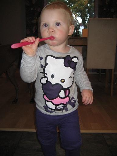 Elise gillar att borsta tänderna. Här med min tandborste... Det här med röda ögon är verkligen inte min grej, som ni ser.