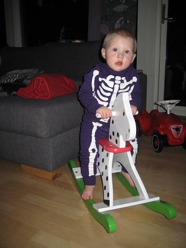 Sekunden efteråt är hon lika glad som vanligt igen. Här rider skelettet häst.