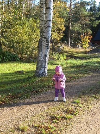 En liten tjej på väg.