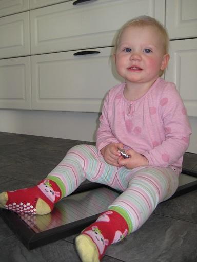 Elise älskar för närvarande att leka med magneter. Hon staplar alla på varandra och sätter fast de överallt i huset där de fastnar. Hon kan hålla på i en timme utan problem!