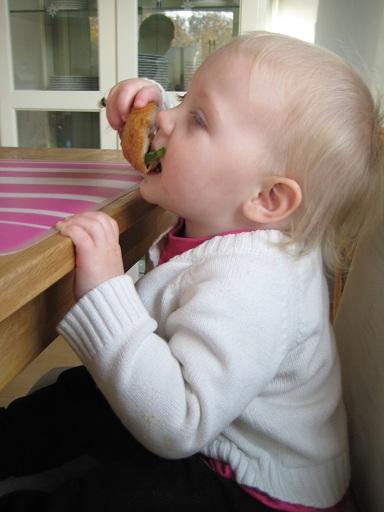 Det är poppis att sitta på vuxenplats vid matbordet!