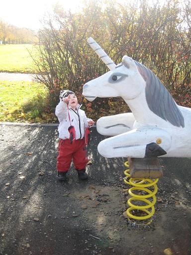 Den fina hästen skulle såklart ha sig en klapp också.