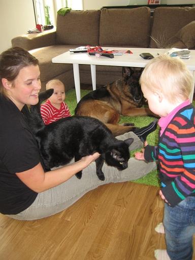 Och sen kom katten Issil. Elise Älskar katter!!