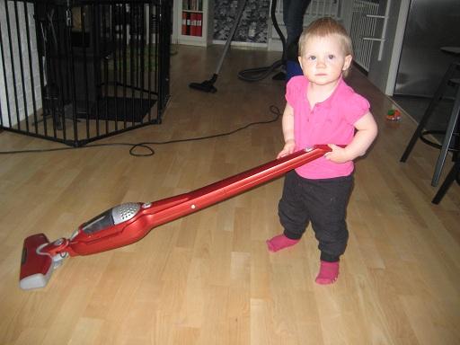 Sedan hjälpte hon till att dammsuga.