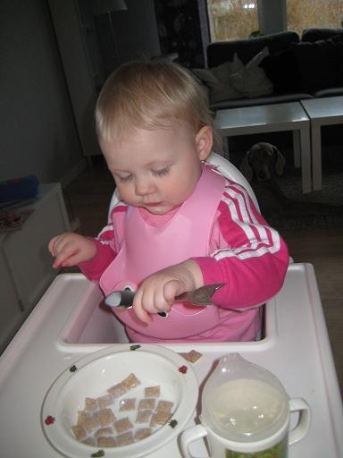 Vid en av frukostarna. Den gulliga skeden med katten är från Animal friends av Karin Mannerstål. (ni vet hon med det galna håret i Äntligen hemma). Elise älskar dem!