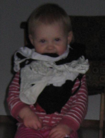 Idag hittade jag henne i min garderob där hon letat fram massa av mina trosor och hängt om halsen.