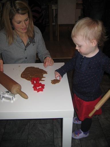 Elise snor deg och trycker ut en och annan figur med Natalie.