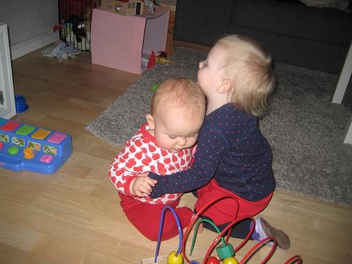 Elise kramar Madicken och jag påminns om att hon kommer bli världens finaste storasyster!