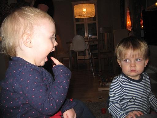 Elise visar nåt i munnen och Wiliam ser skeptiskt på henne...