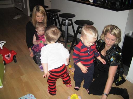 Elise, Melvin och Waldemar lekte tillsammans med mammorna