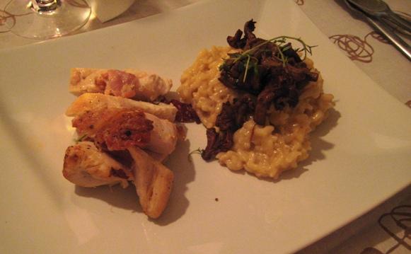 Varmrätt: Krämig risotto toppad med kantareller. Baconlindad kycklingfilé. Sallad.