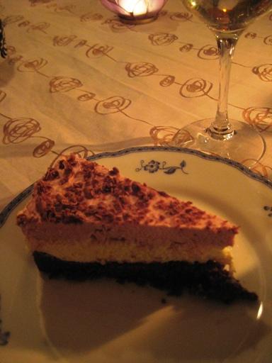 Efterrätt: Vit choklad- och hallonmoussetårta på kladdkaksbotten.