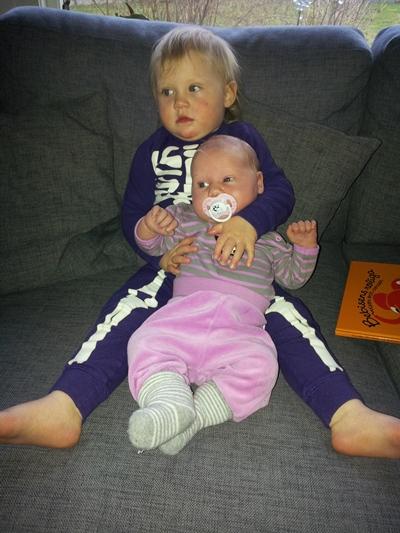 Flickorna myser och tittar på TV.