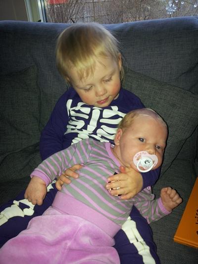 Elise vill gärna hålla i sin syster